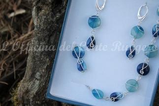 Orecchini e bracciale in agata blu e argento.