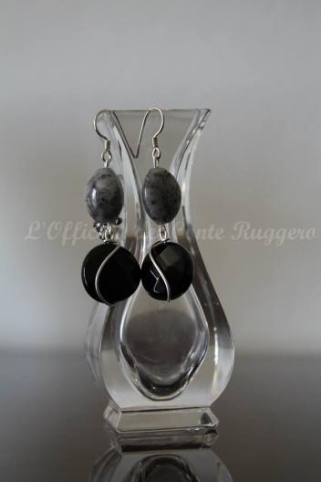 Orecchini pendenti, argento, onice e quarzo.