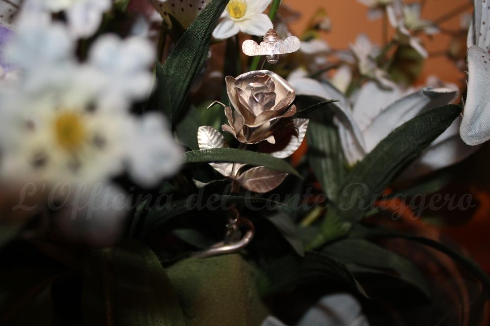 I fiori che più piacciono alle donne: le rose... Da sempre riprodotte in metalli preziosi per farle vivere per sempre, regalate nei santuari alla Madonnina, in genere come ex voto... Il Conte Ruggero ripropone una tradizionale rosa in argento come spillone fermagiacca.