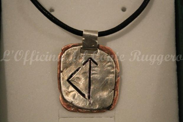 """Pendente con le rune """"Kenaz"""" e """"Teiwaz"""". Argento 925 e rame, inciso a cesello, martellato, saldato e """"invecchiato"""" a mano. Permettetemi di dire che, per quanto riguarda il genere """"runico"""" è davvero un piccolo capolavoro. Dimensioni 2x2 cm circa"""