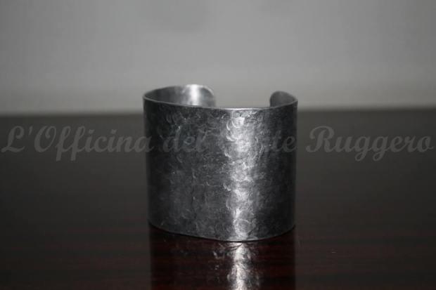 Bracciale rigido martellato Alluminio Il bracciale è largo 5 cm
