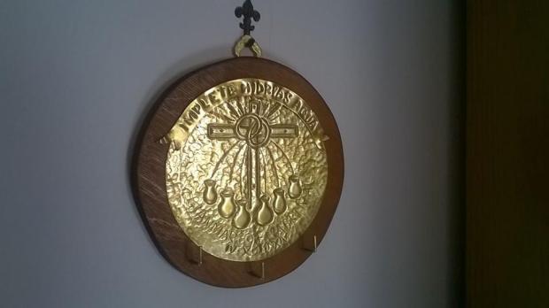 Pannello in ottone cesellato e sbalzato, incollato su legno. Regalo di matrimonio spirato alle Nozze di Cana.
