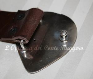 Retro della fibbia realizzata da L'Officina del Conte Ruggero Cintura in cuoio realizzata da Tash Trash Mash