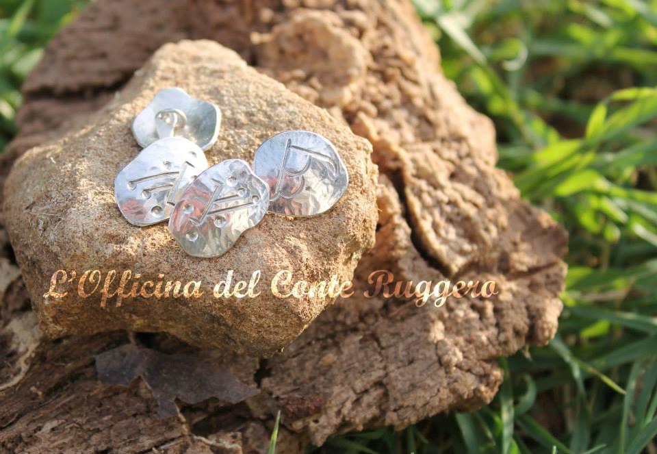 """Gemelli in argento con """"incise"""" (cesellate) due rune: la runa elfica """"ungwe"""" e la runa """"nanica"""" corrispondente alla nostra G"""