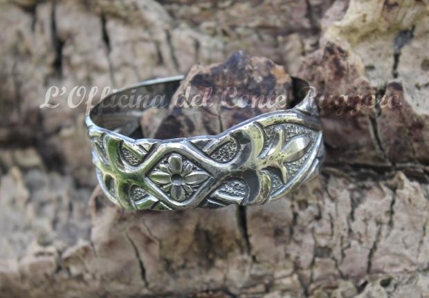 Bracciale in argento,  palmette e foglie stilizzate (ispirato al portale ligneo della Martorana di Palermo) e fiore centrale. Cesellato, brunito effetto anticato