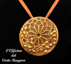 Ciondolo in ottone, cesellato e sbalzato, ispirato al rosone della basilica di san Francesco di Assisi di Palermo