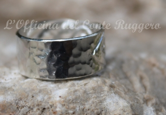 """Retro """"martellato"""" dell' anello in argento palmette normanne e foglie stilizzate a sbalzo e cesello."""
